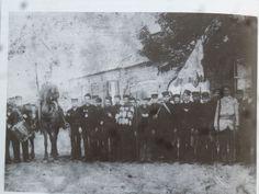 St-Joris gilde te Geldrop. Dit zou een foto  uit 1908 zijn, maar de jonge mannen zijn nog gekleed volgens de 19e eeuwse mode met hoge pet. De foto lijkt me dus ouder.
