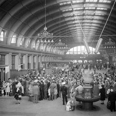 Central Station in the 1940s... Köbildning i Centralstationens hall - Stockholmskällan