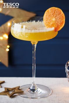 Turn a bottle of fizz into a batch of glamorous clementine Prosecco cocktails, for a stylish way to serve a Christmas party crowd. Sweet orange liqueur and clementine juice complete this fruity festive drink. Xmas Food, Christmas Cooking, Tesco Christmas, Christmas Christmas, Italian Christmas, Clementine Juice, Coffee Milkshake, Banana Coffee, Prosecco Cocktails