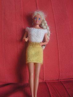 Je continue ma petite série de vêtements. Si vous voulez voir les autres vêtements déjà réalisés : au dessus de mon article, cliquez sur catégorie puis sur vêtement pour poupée Barbie et vous retrouverez tous les articles de cette catégorie Pour la jupe...
