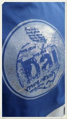 Tshirt stampata con timbro in resina liquida , inchiostro serigrafico . Effetto argento con foil argento