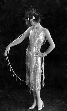 A Dress Retrospective: The Top Signature Style From Every Decade via Flapper dress Anna May Wong Old Hollywood Glamour, Golden Age Of Hollywood, Classic Hollywood, Hollywood Style, Hollywood Actresses, Star Fashion, Retro Fashion, Vintage Fashion, Flapper Fashion