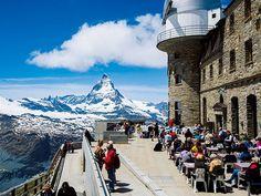 マッターホルンの山容を眺める 絶景レストランでチーズフォンデュを|マッターホルンに感激! ツェルマットの絶景スポット|CREA WEB(クレア ウェブ)