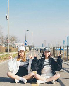 Korean Fashion Similar Look Pin by Aki Warinda Best Friend Outfits, Best Friend Photos, Korean Photo, Cute Korean, Ulzzang Korean Girl, Ulzzang Couple, Bff Goals, Korean Best Friends, Fashion Couple