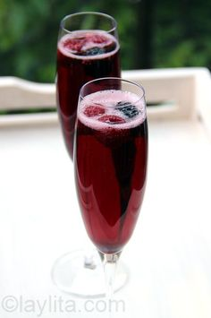 Easy to make recipe for kir royal, a classic french sparkling cocktail or aperitif made with champagne and blackcurrant liqueur. Wine Cocktails, Bar Drinks, Cocktail Drinks, Yummy Drinks, Alcoholic Drinks, Beverages, Easy Food To Make, How To Make Cheese, Royal Recipe