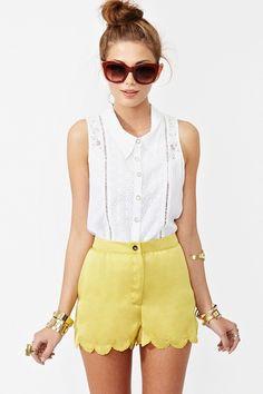 High-waisted short, white blouse.