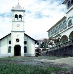 Vista iglesia dedicada a la Virgen Montserrat y casa de San Carlos (Lubá) en F.P