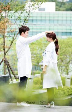 Kim Rae won and Park shin hye in Doctors 2016 Drama Korea, Korean Couple, Best Couple, Drama Film, Drama Movies, Doctors Korean Drama, My Shy Boss, Dr Park, Kim Rae Won