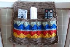 Keep everything at hand for your dad with this sofa caddy. Free pattern int he comments.