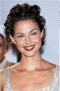 Ashley Judd is a women who manages to look great in any hairstyle. For this look, Ashley has curly hair which looks chic and sexy. This type of hair styles is suitable for slightly naturally curly hair.Ashley's haircut is short.The hair colour is a deep brown.