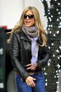 #jennifer_aniston-scarves_#celebs_love_#scarves_oomphelicious.wordpress.com_SCARVES AROUND OUR DIVAS NECKS…