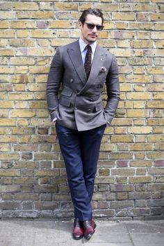 Blazer croisé gris porté sur un pantalon bleu #style #menstyle #menswear #look #streetstyle #chic #dandy #blazer