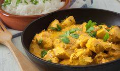 Houd je van curry, maar vind je het gerecht net iets te pittig? Lees dan dezetips waarmee je jouw curry wat minder pittig kunt maken. Wanneer je iets te enthousiast bent geweest met de rode peper, kun je kiezenvoor een milde currypaste van bijvoorbeeld Conimex (te koop bij Albert Heijn). Doe deze door het gerecht…