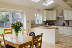 How to attract clients with an open kitchen - Alexa Home Decor Open Plan Kitchen Dining Living, Kitchen Diner Extension, Open Plan Kitchen Diner, Kitchen Extension Vaulted Ceiling, Kitchen Family Rooms, Living Room Kitchen, New Kitchen, Kitchen Decor, Cuisines Design
