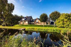 Molengang 4 2661 JZ Bergschenhoek Wonen op de allermooiste plek van Rotterdam? Zoek dan niet langer. This is it. Deze aan rivier De Rotte gesitueerde villa van ruim 500 m2 ligt op maar liefst 9.215 m2 eigen grond. Een absoluut paradijselijke toplocatie in de driehoek Hillegersberg, B