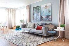 table basse scandinave, canapé droit, tapis design, peinture bleu ciel et sol en parquet massif