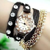 bracelets et montre noir et doré. Grâce a cette montre si vous arrivez en retard se sera avec le style.