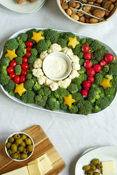 Veggie Tray for the Holidays Keep holiday snacks healthy & festive with this joyful vegetable plate!Keep holiday snacks healthy & festive with this joyful vegetable plate! Holiday Snacks, Christmas Snacks, Xmas Food, Christmas Appetizers, Christmas Cooking, Holiday Recipes, Healthy Christmas Treats, Holiday Parties, Winter Parties