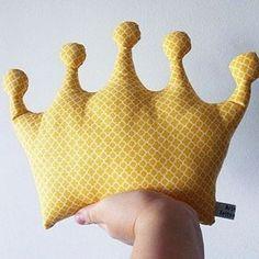 "<span class=""emoji emoji1f451""></span> Príncipe ou Princesa? Almofada coroa para decorar o quarto do bebê! #artesbydani #coroa #principe ..."