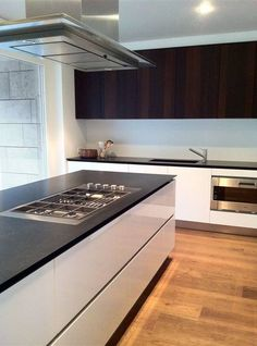 cuisine blanc lustre dessus comptoir noir dosseret blanc lustre et armoire du haut noir