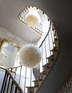 Suspensions douilettes dans l'escalier - La vie de château en couleurs - CôtéMaison.fr