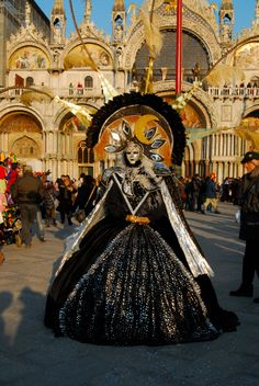 I've gotta go to this. It has always been a dream of mine to attend a masquerade ball in Venice. I can't believe I had forgotten about this.