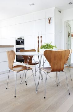 If you want to add a special touch to your Scandinavian dining room lighting design, you have to read this article that is filled with unique tips. Design Furniture, Home Furniture, Dining Room Lighting, Classic Furniture, Scandinavian Interior, Scandinavian Kitchen, Dining Area, Dining Chairs, Dining Decor