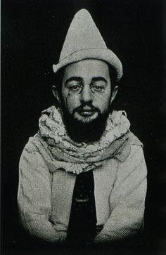 Henri Marie Raymond de Toulouse-Lautrec (Albi, 24 de noviembre de 1864 - Saint-André-du-Bois, 9 de septiembre de 1901), caracterizado como Pierrot