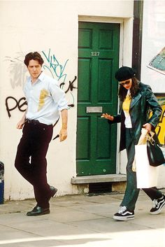 style: Julia Roberts and Hugh Grant in Notting Hill, Julia Roberts Notting Hill, Julia Roberts Style, Iconic Movies, Good Movies, Notting Hill Movie, Hugh Grant Notting Hill, 1990 Style, Look 80s, Look Star