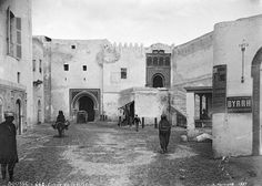 Sousse Rue animée à l'intérieur des remparts, à l'entrée de la ville 1887 Rue, Vintage Photos, Louvre, Building, Ottoman, Pictures, Travel, Dolphins, War