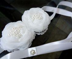 FRETE GRÁTIS PARA O ESTADO DE SÃO PAULO    As flores do porta coque são confeccionadas à mão (handmade) em organza cristal importada e adornado em renda, o miolo é de pérolas brancas diversos tamanhos.  O acessório de noiva tem duas fitas de cetim que transpassam o penteado. A espessura da fita é...