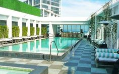 Una serata al Club Fifty di Miami Beach Italiani a Miami vi porta questa volta al Fifty Club! Una delle più belle discoteche di Miami. Situata al 50esimo piano dell'hotel Viceroy, la discoteca con piscina offre una vista mozzafiato su Miam #miami #miamibeach #club