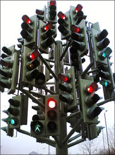 Traffic light sculpture in Canary Wharf in London (located in a real roundabout. Popup, Traffic Light Party, Random Useless Facts, Internet Marketing, Online Marketing, Container Transport, Tree Lighting, Seo Tips, Glass Containers