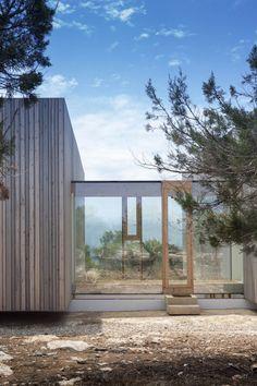 Située à côté de la plage de Migjorn, sur la côte sud de l'île de Formentera, cette maison a été construite par Marià Castelló pour une famille sensible à