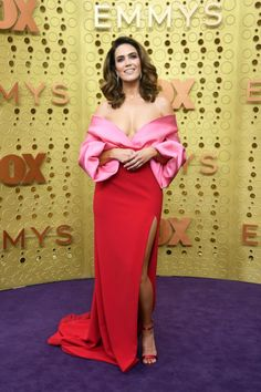 Mandy Moore Jokes About 'Twinning' with Susan Kelechi Watson at Emmy Awards Photo Red and pink was a huge color combination at the 2019 Emmy Awards! Several actresses wore dresses of the color combination as they attended the awards show on… Michelle Williams, Maisie Williams, Mandy Moore, Satin Dresses, Nice Dresses, Strapless Dress, Gowns, Formal Dresses, Margaret Qualley