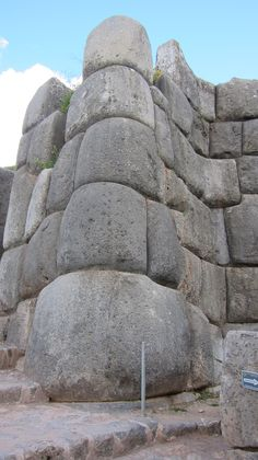 Notice the blocks that are shaped to turn a corner and interlock with blocks at the nearly 90 degree angle. Compares to a similar corner in Osirieon (Egypt). Source by Ancient Ruins, Ancient Artifacts, Ancient Egypt, Ancient History, Machu Picchu, Architecture Antique, Inka, Cusco Peru, Ancient Buildings