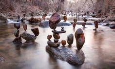 Han börjar med att stapla några stenar. Resultatet är helt över de vanliga!