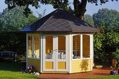 Hellgelb und Weiß als dezente Eyecatcher im Garten? Das geht! Dieses 5-Eck-Gartenhaus wirkt durch die Farbwahl sehr edel und dennoch dezent.