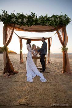 Um momento magico , como uma cerimonia de casamento , uma invensão do criador de todas as coisas , mereçe tambem uma vista maravilhosa . Que homem não sonha em casar nas areias da praia ao por do sol . Linda Vista !