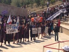 Hacettepe Üniversitesi mezuniyetinde Gezi protestosu - 12.07.20013 -  Hacettepe Üniversitesi'nin mezuniyet törenine Gezi protestosu damga vurdu. Mezuniyet töreninde en ilgi çeken pankartlardan biri akademisyenlerin taşıdığı bu pankarttı. http://fotogaleri.hurriyet.com.tr/galeridetay/71041/2/2/hacettepe-universitesi-mezuniyetinde-gezi-protestosu