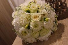 Biela guľatá svadobná kytica z georgíny a ruží