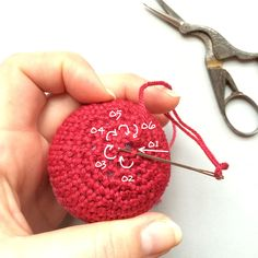 How to fasten off remaining stitches in the round // When you crochet in the round - for example when you work a sphere - you'll come to the point where further decreasing isn't possible. To make a smooth finish for the last remaining stitches (most of the time there will be 6 stitches left after your last decrease round) you can use the following technique: