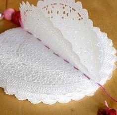Manualidades y decoracion: Como hacer una guirnalda con blondas. Diy Paper, Paper Crafts, Diy Crafts, Doily Bunting, Wedding Flower Design, Paper Doilies, Birthday Decorations, Flower Designs, Vanilla Cake