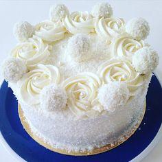 "Tort ""Fulgușor de nea"" – un desert fin și original! Rafaelo Cake, Coconut Cake Decoration, Mini Cakes, Cupcake Cakes, Almond Coconut Cake, Wedding Anniversary Cakes, Cake & Co, Crazy Cakes, Chiffon Cake"