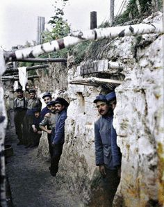 Rare Color Photographs from the Trenches of World War I - French artillery soldiers #cheatongreek #contest