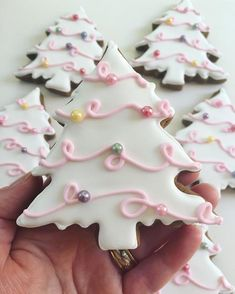 The cutest snowy trees .. design inspired by Tessa @sweetbakeshop 💞🎄 #cookies #cookiedecorating #christmascookies #royalicingcookies…