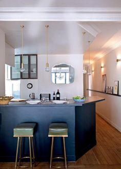 cuisine semi ouverte avec bar, îlot de cuisine bleu