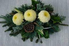 Znalezione obrazy dla zapytania stroiki na wszystkich świętych Flower Bouqet, Sympathy Flowers, Funeral Flowers, Arte Floral, Ikebana, Xmas, Christmas, Flower Designs, Tulips