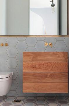 badkamermeubel hout, kranen goud, hexagon tegels,