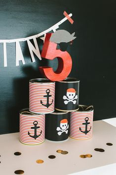 Eine Geburtstagsparty für kleine Piraten gehört definitiv zu den Klassikern und den Mottos für Kindergeburtstage. Wen wundert's, denn die Kombination aus Abenteuerlust und Teamgeist machen einfach Spaß! Kleine Piraten dürfen wild sein, toben, und entdecken. Ein tolles Thema für Kinderpartys, an dem sowohl Jungs als auch Mädchen ihren Spaß haben.